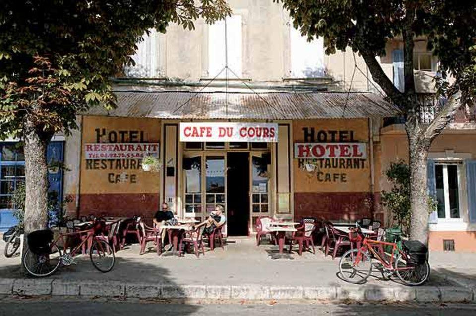"""Kleine Stärkung: zur Pause ein Milchkaffee im """"Café du Cours"""" in Reillanne"""
