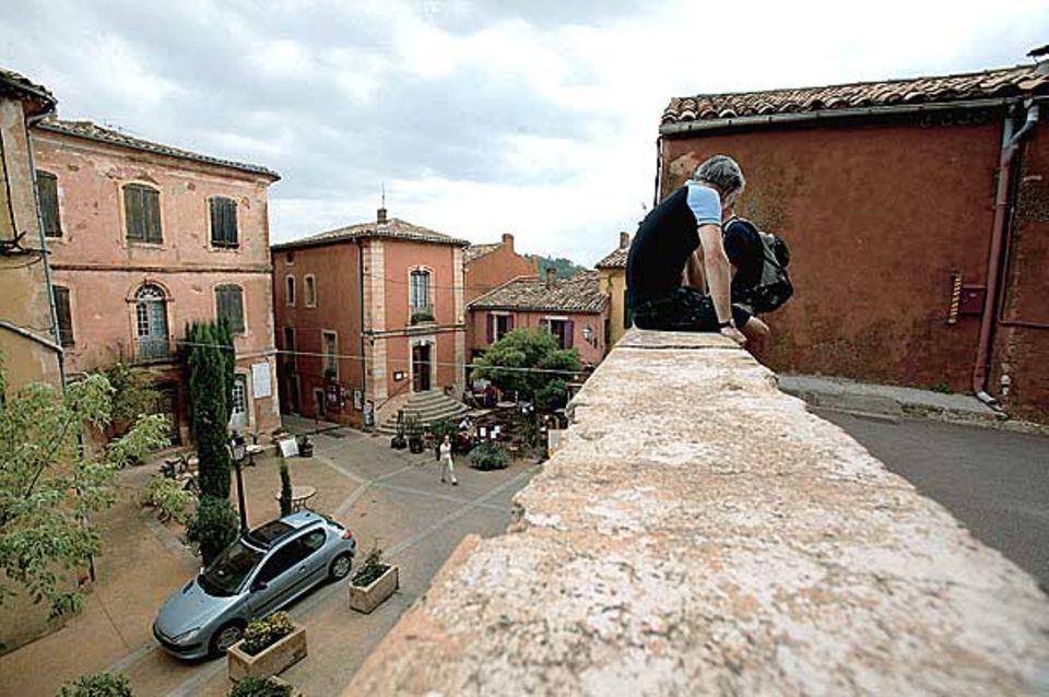 Runter vom Rad, rauf auf die Mauer: Rast in Roussillon