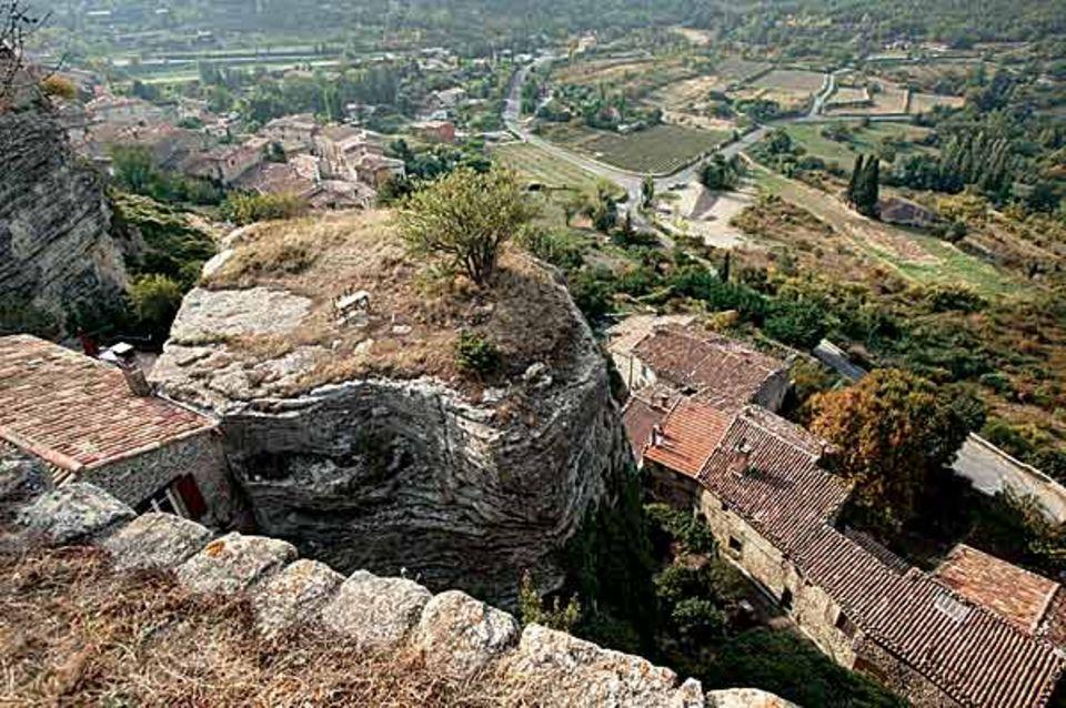 Grandiose Aussicht, aber hart erarbeitet: Das Bergdorf Saignon schmiegt sich an steile Felswände; wer oben ankommt, weiß, was er geleistet hat