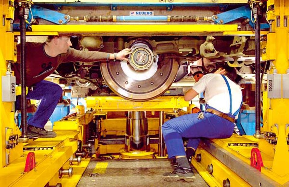 In der Arbeitsgrube kann der Zug auch von unten genauestens überprüft werden