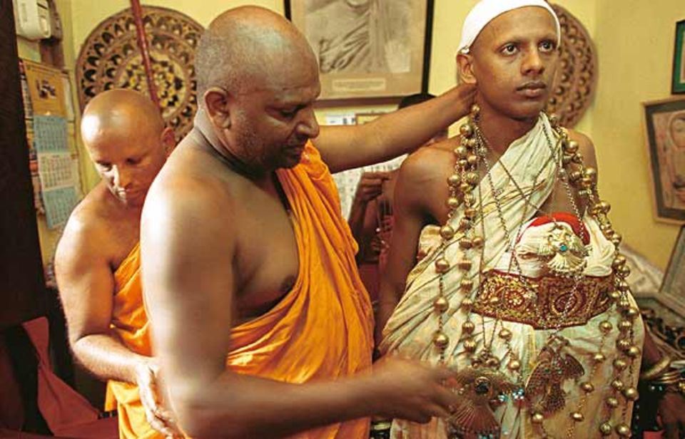 Prüfung für die Mönchs-Weihe im Malwatta-Tempel: Für eine halbe Stunde sehen die Novizen aus wie singhalesische Bräutigame, die den Bund fürs Leben schließen