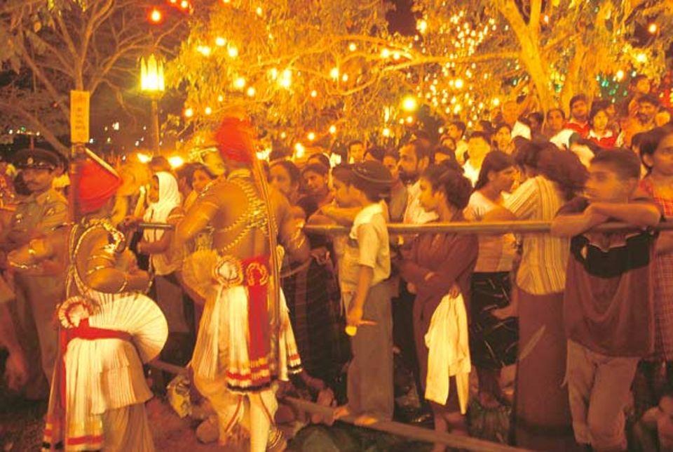 Zum Abschluss des Kandy Perahera versammeln sich Hunterttausende, um die wohl größte buddhistische Prozession der Welt zu begleiten