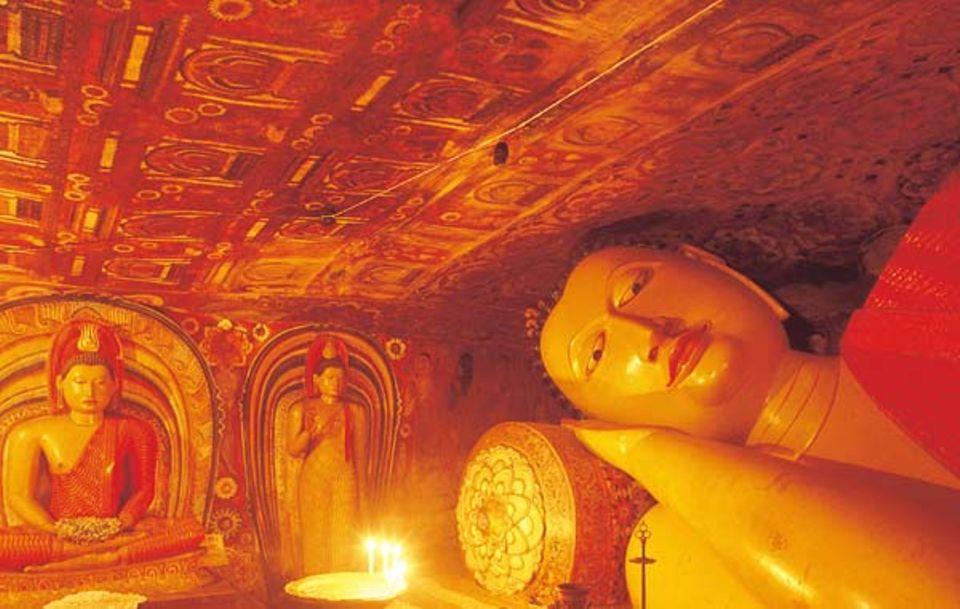 """Verborgen unter massivem Fels, liegt der """"ruhende Buddha"""" des Klosters Degaldoruwa - dargestellt kurz vor seinem Übertritt ins Nirwana"""