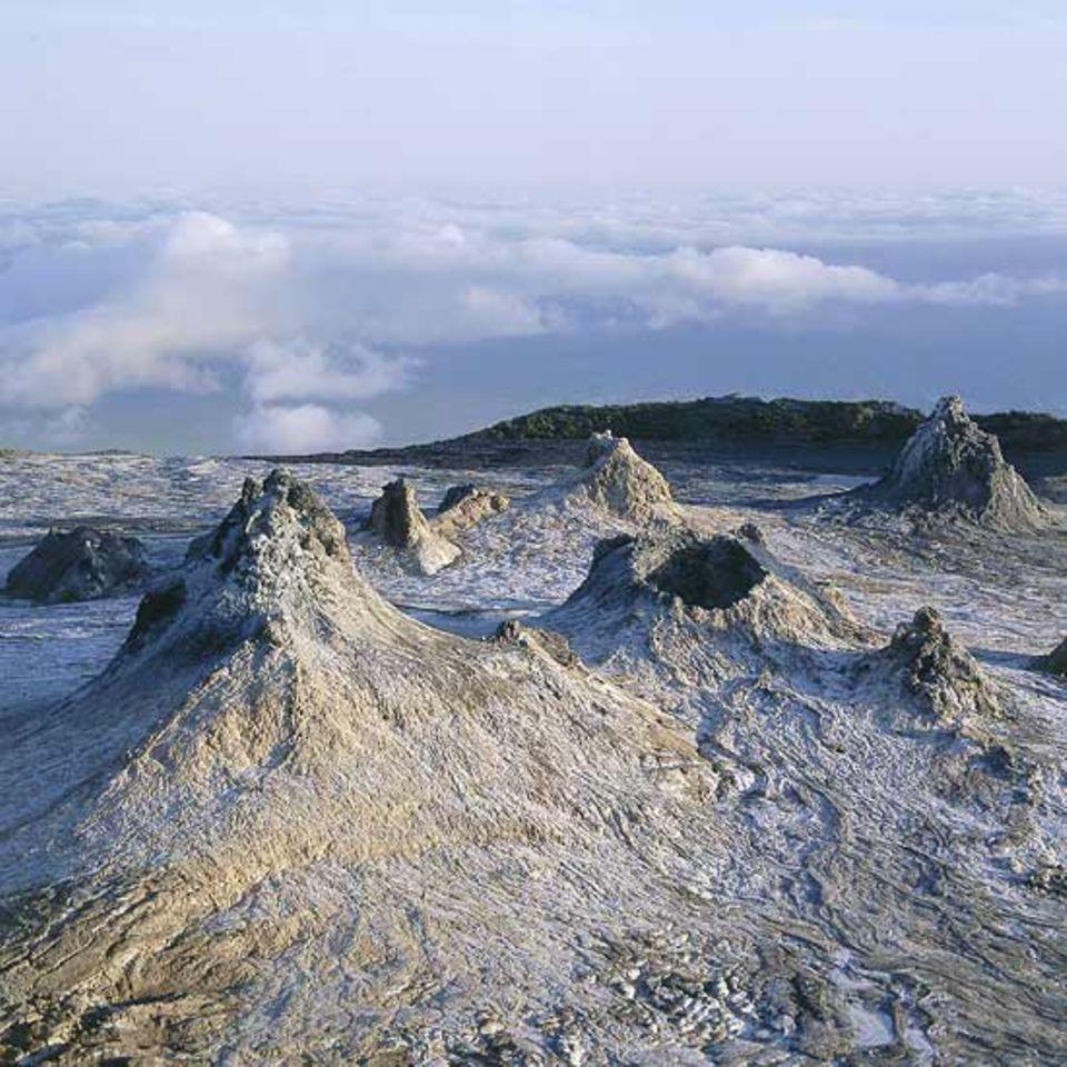 Tansania, im Krater des Oldionyo Lengai - Kamine aus karbonatitischer Lava
