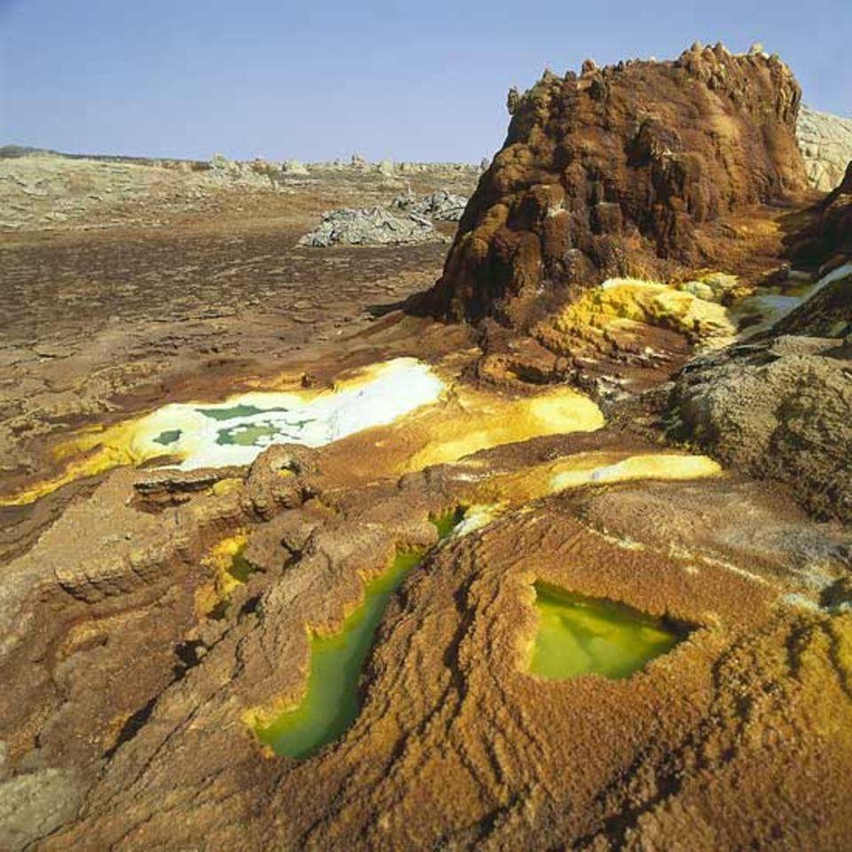 Äthiopien, Dallol - Kamine aus Salzen, die das heiße Wasser aus dem Boden heraustransportiert und an der Oberfläche absetzt
