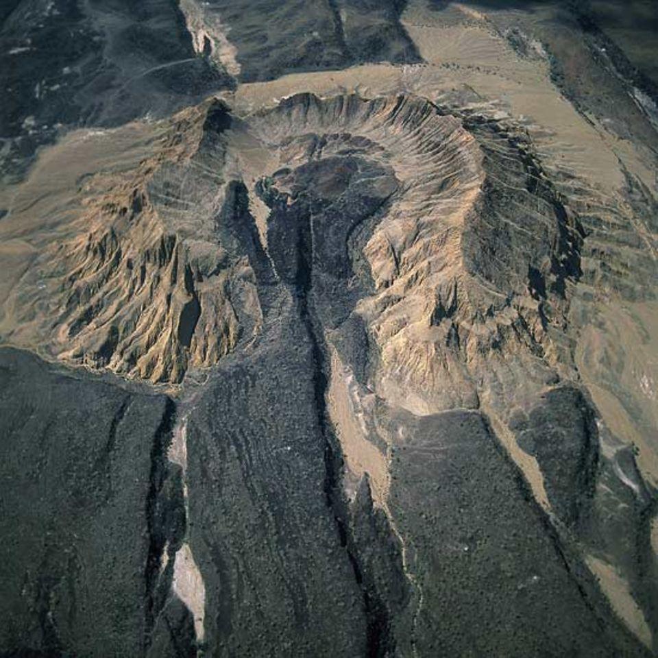 Kenya, Suguta Valley südlich des Lake Turkana in der zentralen Achse des Rifts - Ein Vulkan, der später durch tektonische Bewegungen zerrissen wurde. Das dunkle Gestein ist Basaltlava