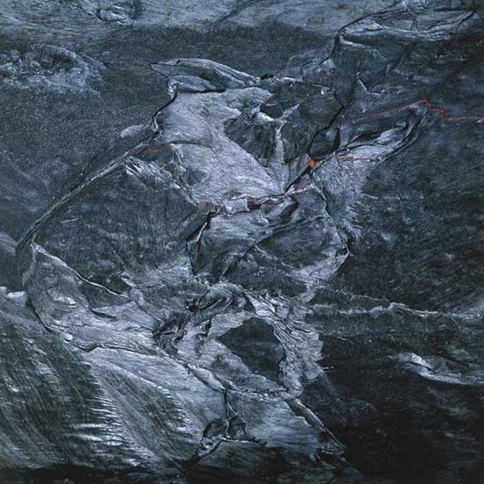 Äthiopien - verfaltete metallisch schwarz glänzende Haut auf dem Lavasee des Erta-Ale-Vulkans