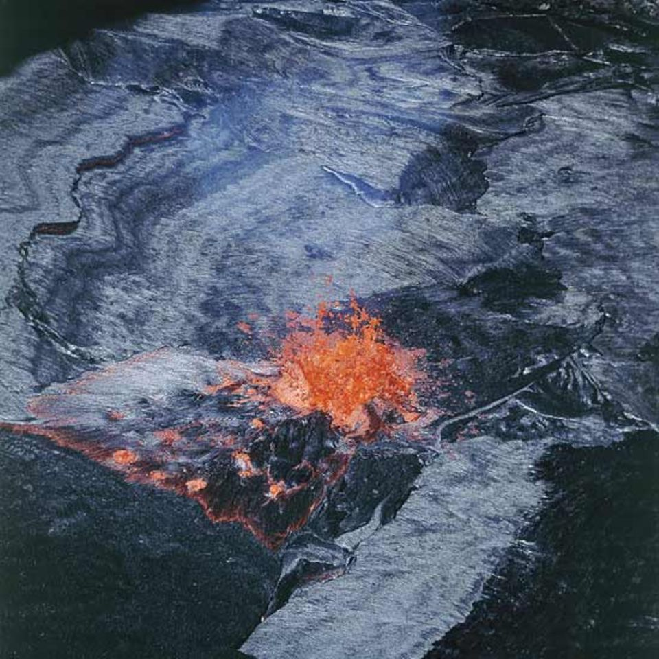 Äthiopien, Vulkan Erta Ale - Messungen an der Lavahaut auf Lavasee ergaben eine Temperatur von mehr als 300 Grad Celsius. Lava in Fontänen, die die Haut durchbrechen, ist 1174 Grad Celsius heiß. Schätzungen zufolge ist die schwarze Haut ca. 10 Millimeter dick