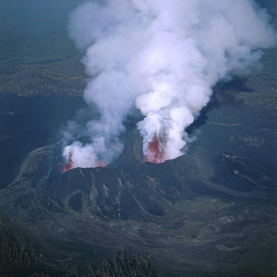 Kongo - Nordflanke des Vulkans Nyamulagira. Eruptionen während des Ausbruchs im Juni/Juli 2004. Die Lavafontänen sind 50 bis 100 Meter hoch