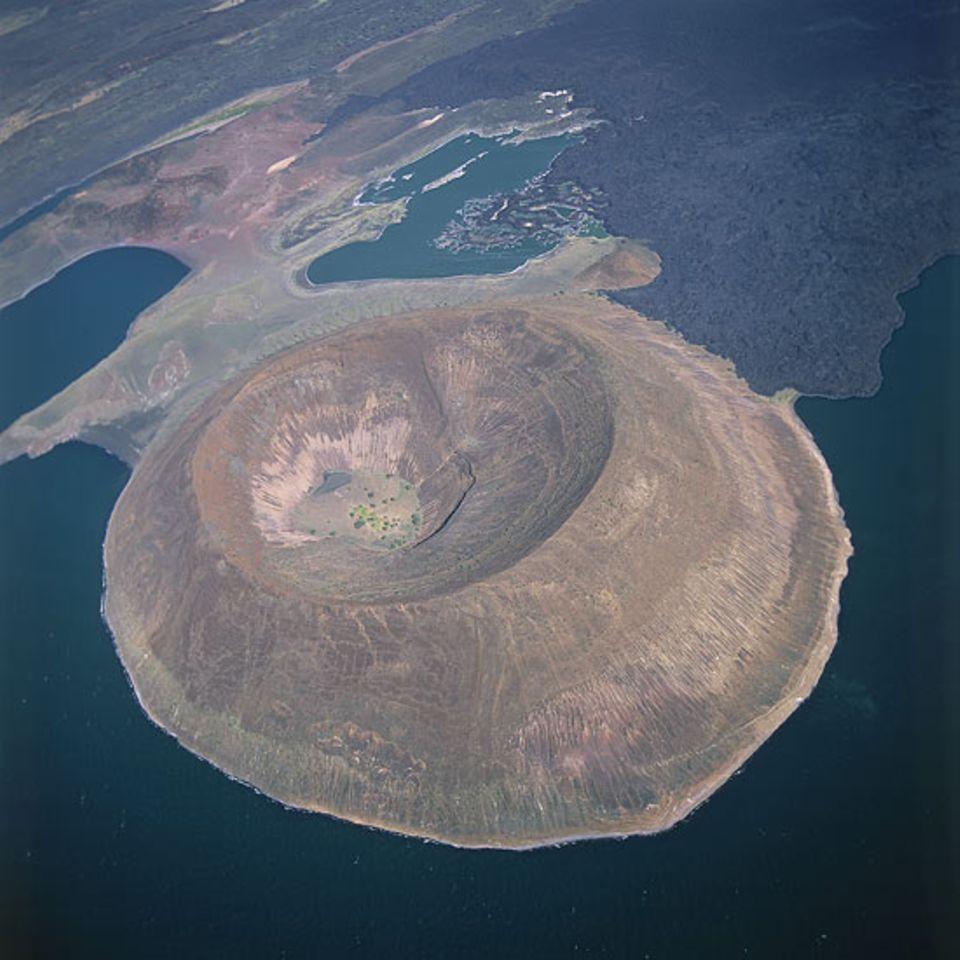 Südufer des Lake Turkana - der Krater ist der Nabuyatom Cone