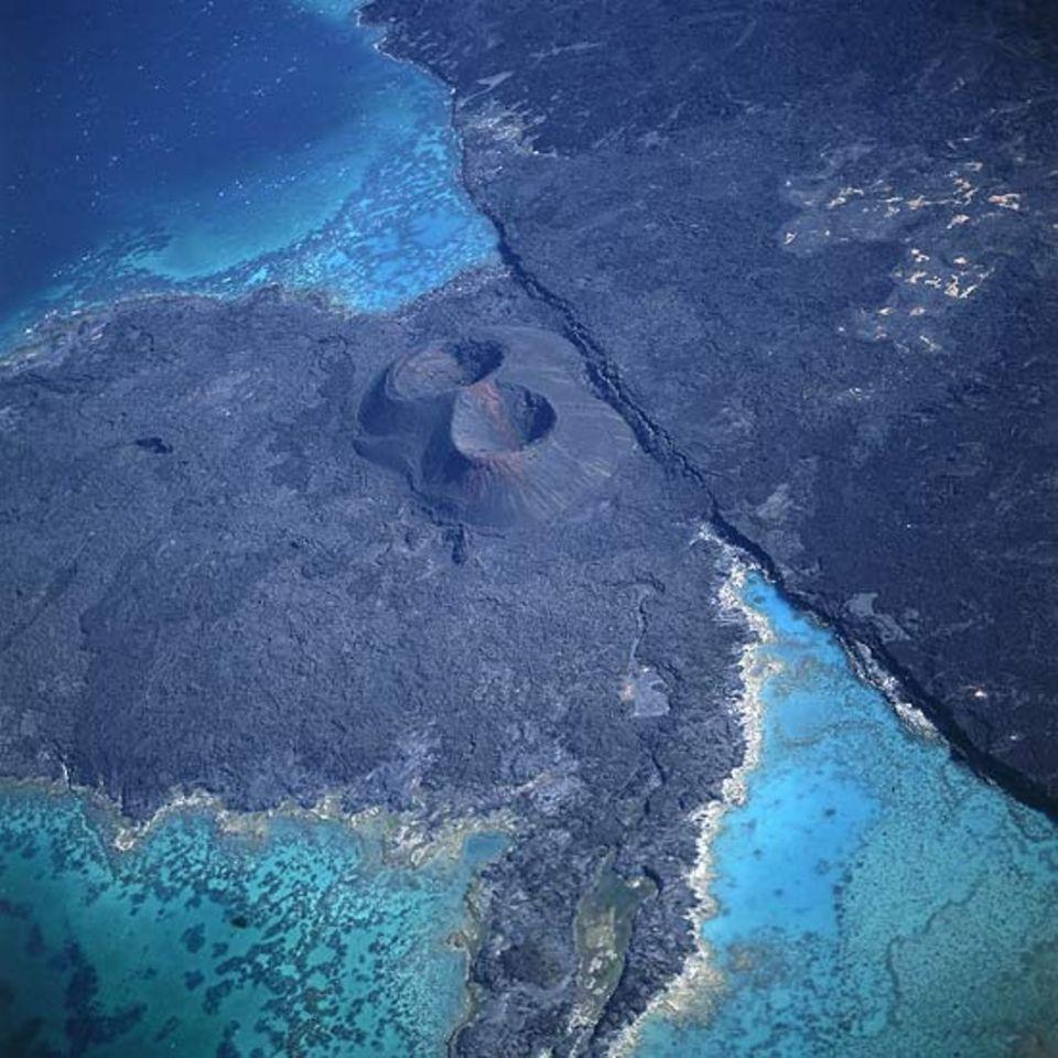 """Djibouti - Landstück zwischen Lac Assal und Ghoubbet el Kharab (= volkstümlich """"devil's throat"""" - Teufelsschlund) mit Lac Assal im Hintergrund"""