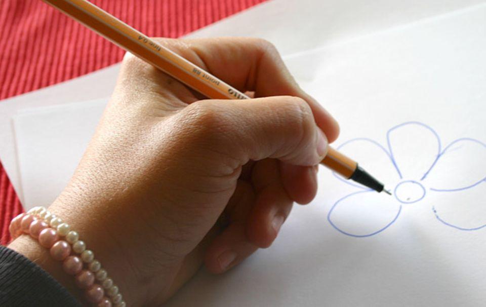DIY: Zeichnet die Form auf und schneidet sie mit einer Schere aus