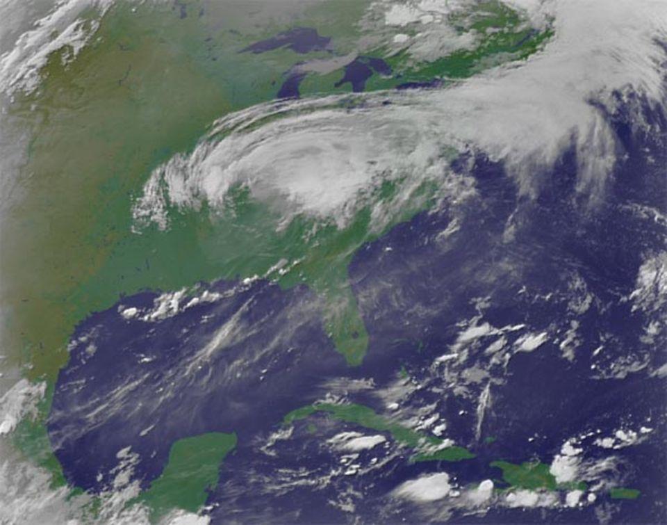 Am Morgen des 30. August, 11 Uhr mitteleuropäischer Zeit, ist Katrina auf dem Weg in den Nordosten der USA. Die Windgeschwindigkeiten betragen nun nur noch rund 100 Stundenkilometer