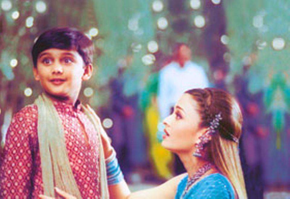 """Vor der Kamera: Parth spielt eine Szene mit seiner Filmmutter, der berühmten indischen Schauspielerin Aishwarya Rai. Andere indische Kinder träumen davon, die Schauspielerin zu treffen. Aber Parth fand diese Szene grässlich: """"Der Hemdkragen hat so gekratzt!"""""""