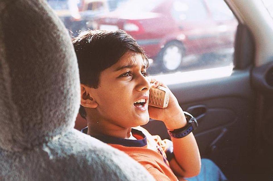 Star und Geschäftsmann: Parth telefoniert mit Regisseuren, während er zum nächsten Dreh fährt. Pro Film verdient er umgerechnet bis zu 5700 Euro. Das meiste spart er für seine Ausbildung
