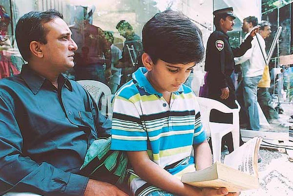 Parths richtiger Vater begleitet ihn oft - auch wenn sein Sohn in den Pausen lieber liest, anstatt sich zu unterhalten
