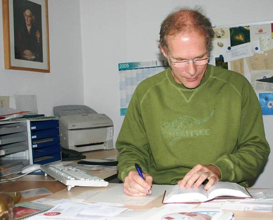 Beruf: Albert Hellmeier muss auch jede Menge Schreibkram zwischendurch erledigen