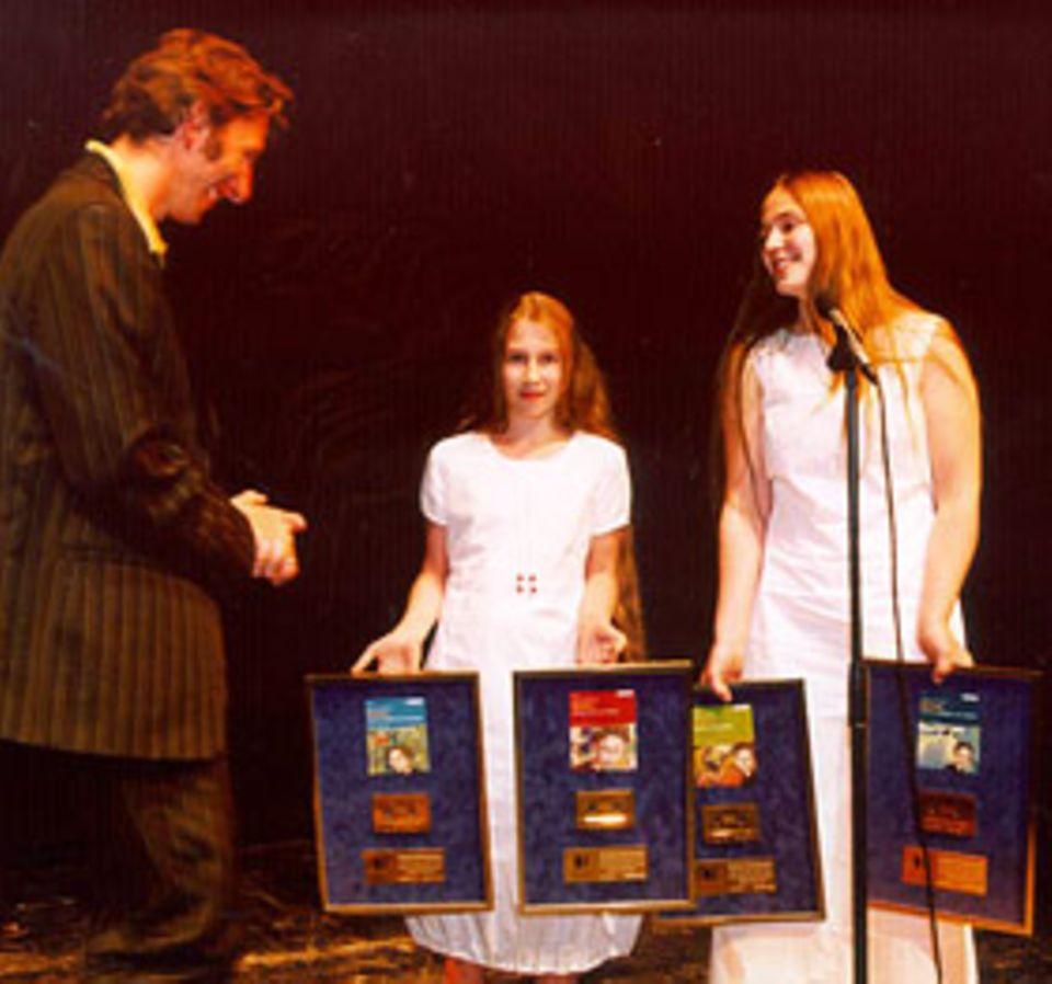 Harry Potter: Saskia und ihre Schwester Sarah zusammen mit Rufus Beck bei der Verleihung der Goldenen Schallplatte für die Harry Potter-Hörbücher