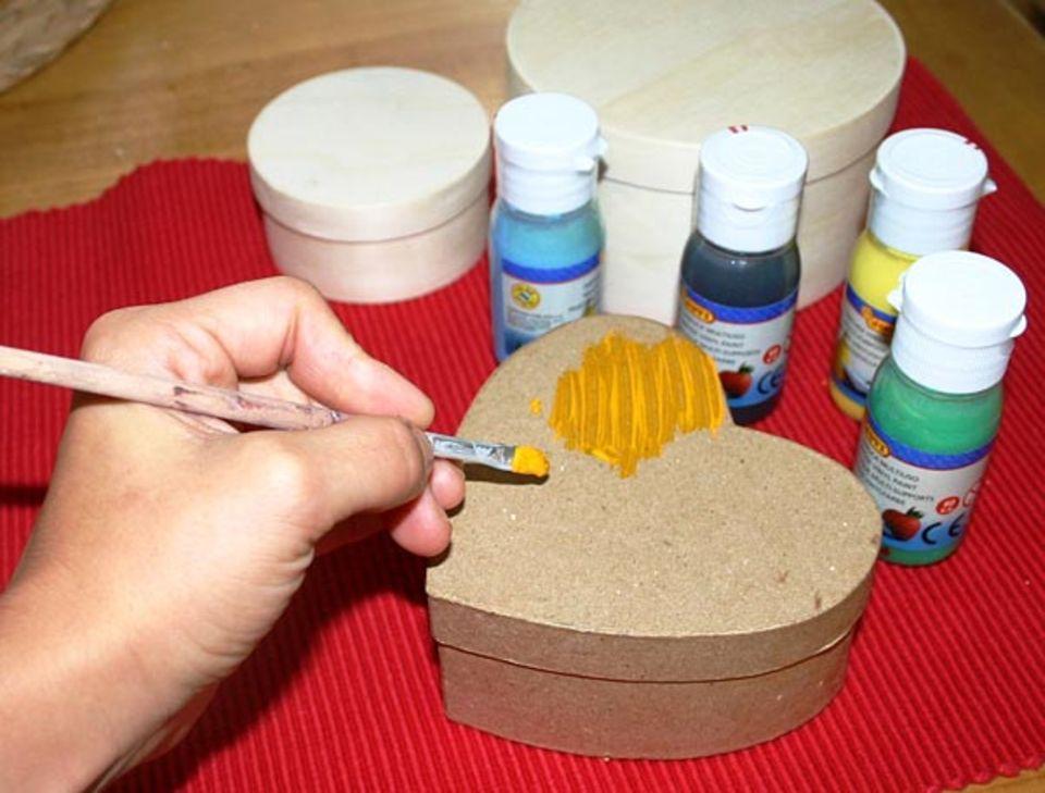 Basteln: Oder bemale die Dose mit einer passenden Farbe