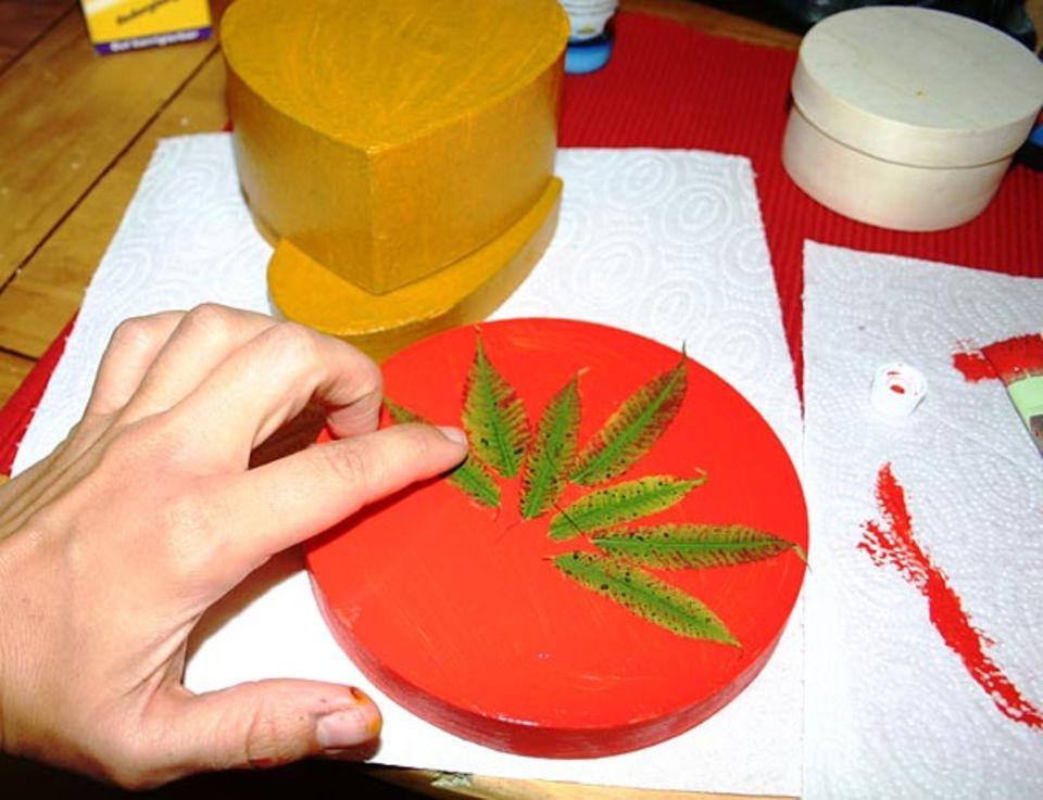 Basteln: Die Blätter kannst du ganz einfach in die noch nasse Farbe drücken