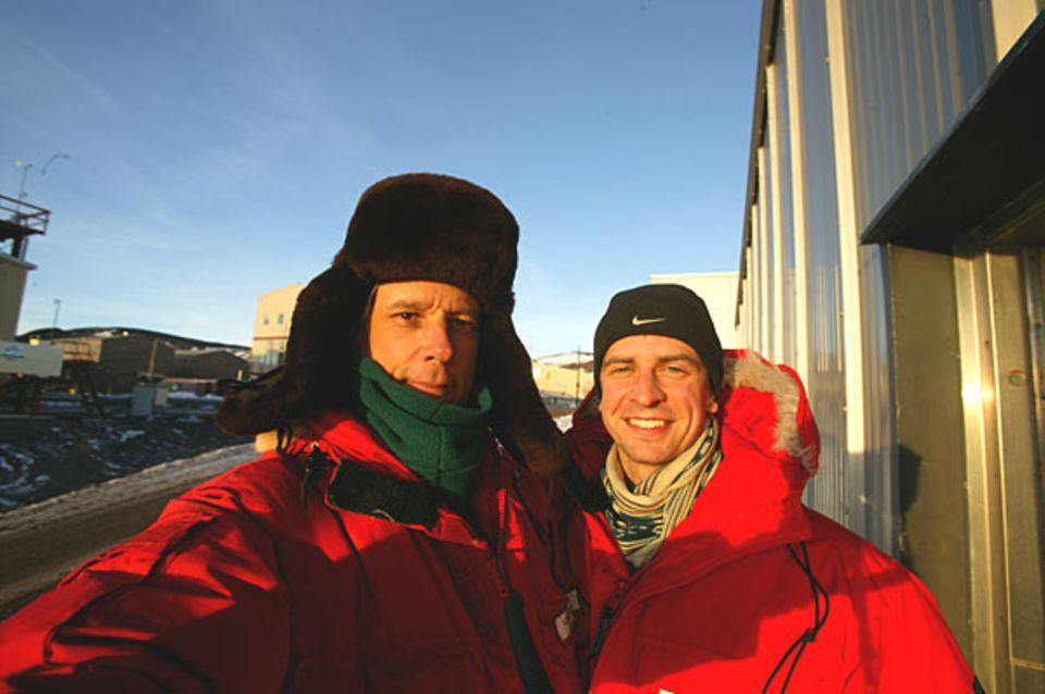 GEO-Redakteur Lars Abromeit (r.) und Fotograf George Steinmetz sind sicher in der Antarktis gelandet
