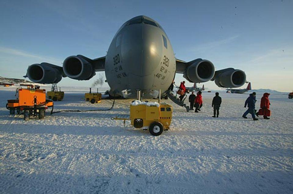 Nicht etwa eine Cessna, sondern ein Militärflugzeug, das das Gewicht von 20 LKWs tragen könnte, fliegt die Expeditionsteilnehmer in die Antarktis