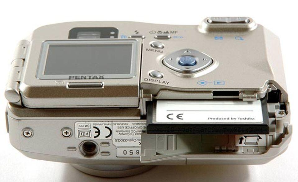 Die Speicherkarte gehört in einen kleinen Schlitz an der Digitalkamera. Sie ist auch viel schmaler und dünner als ein herkömmlicher Fotofilm