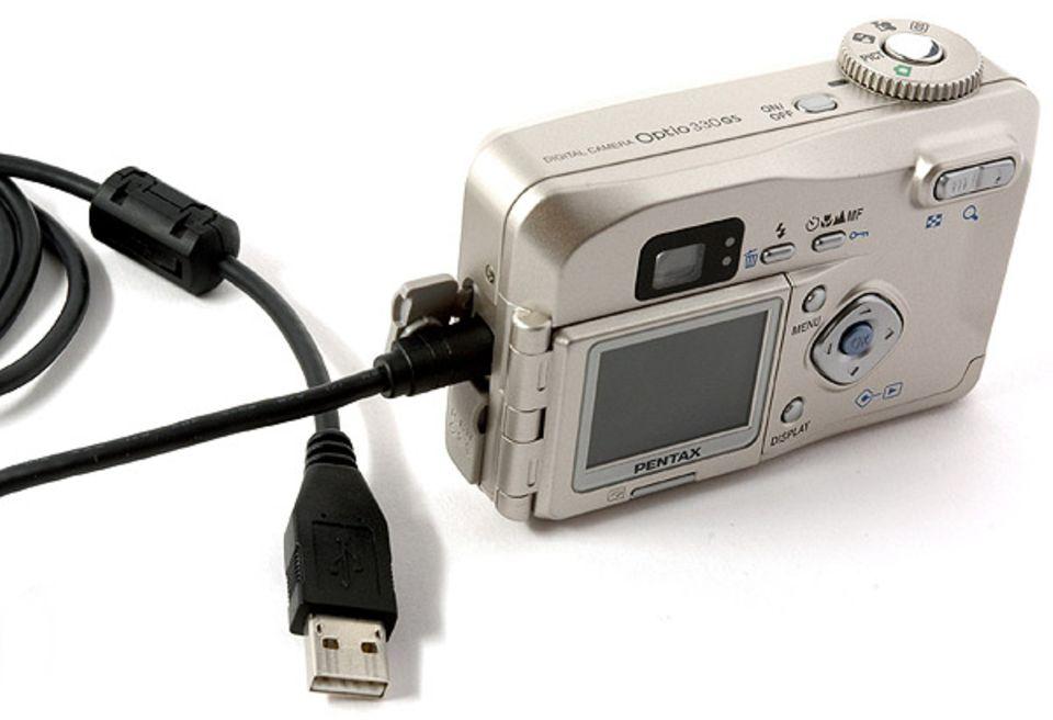 Mit einem USB-Kabel könnt ihr die Digitalkamera mit dem Computer verbinden, um die Fotos dort zu bearbeiten oder auszudrucken
