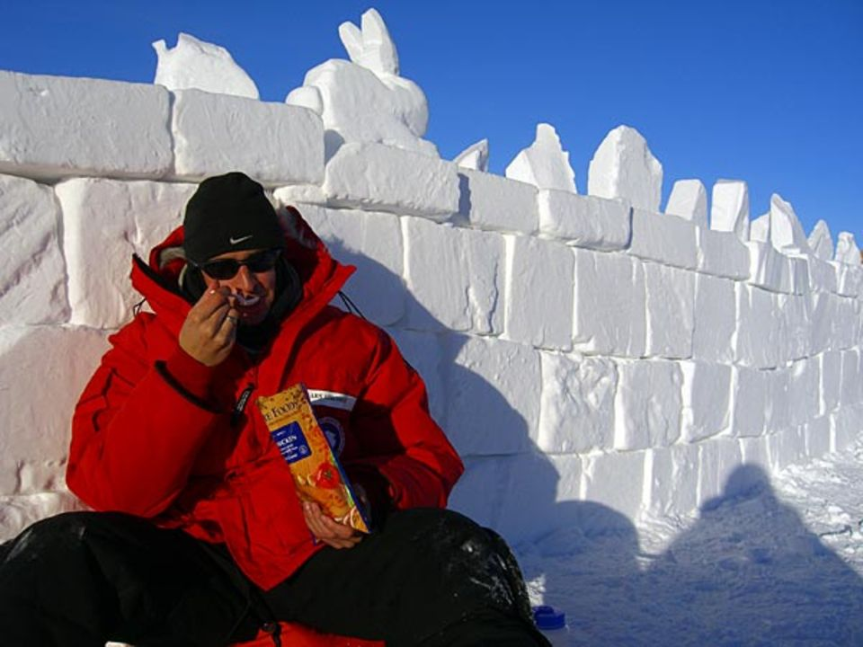 Snack im Eis: GEO-Redakteur Lars Abromeit im Vorbereitungs-Camp