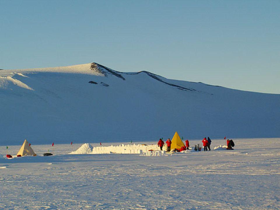 Das Camp soll darauf vorbereiten, im Notfall jene antarktischen Stürme unbeschadet zu überstehen, die mit bis zu 200 Kilometern pro Stunde über das Eis fegen und einem innerhalb von Minuten die Sicht nehmen können