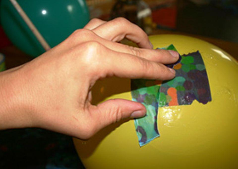 Basteltipp: Beklebe sie mit den kleinen Fitzelchen aus Transparentpapier