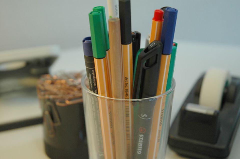 Der Hintergrund ist unscharf, nur die Stifte sind schaft - das Bild sieht gleich ganz anders aus