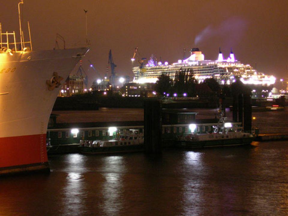 """""""Queen Mary 2"""" im Hamburger Hafen: Es geht auch ohne Blitz - sogar nachts. Dann braucht ihr allerdings ein Stativ oder eine feste Unterlage. Sonst verwackelt das Bild"""