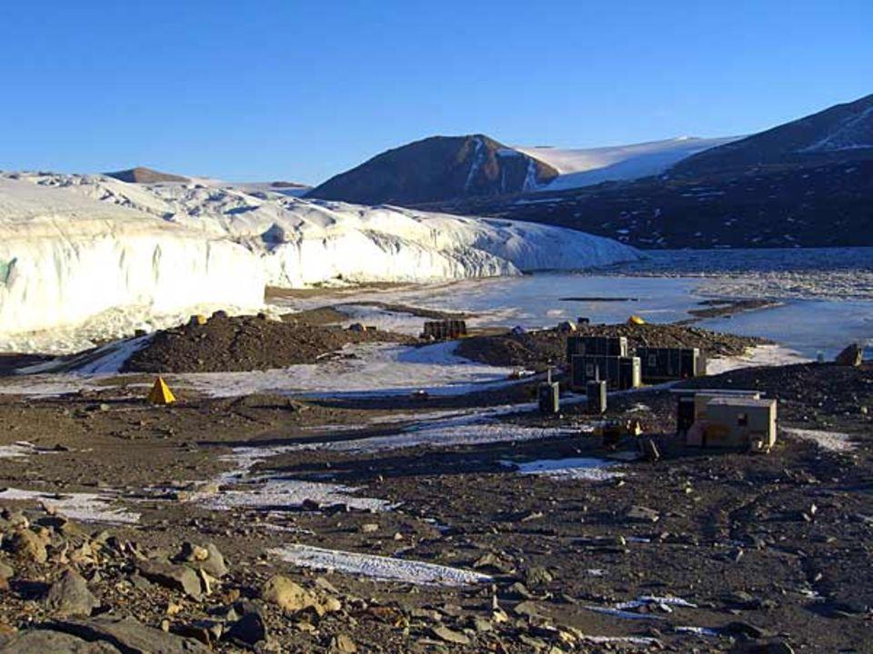 Das Forscher-Camp am Lake Hoare mit Aussicht auf den Canada Glacier