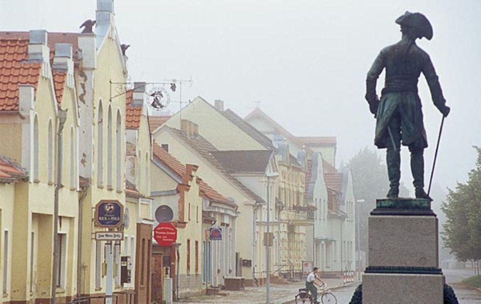 Das Reich der Preußenkönige: Friedrich II. blickt von seinem Denkmalsockel auf die Straßen von Letschin