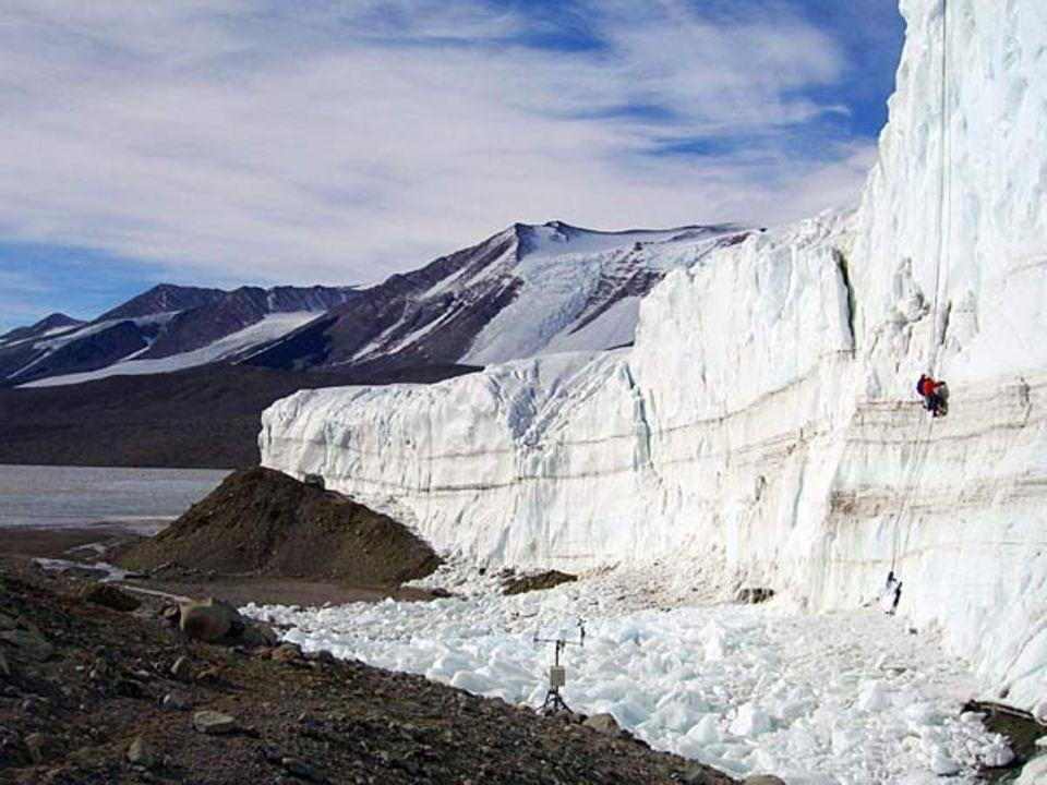 Die Forscher versuchen das Verhalten des Gletschers mit Instrumenten zu messen, die sie, in luftiger Höhe an Fixseilen baumelnd, direkt in die 30 Meter hohe Gletscherfront bohren
