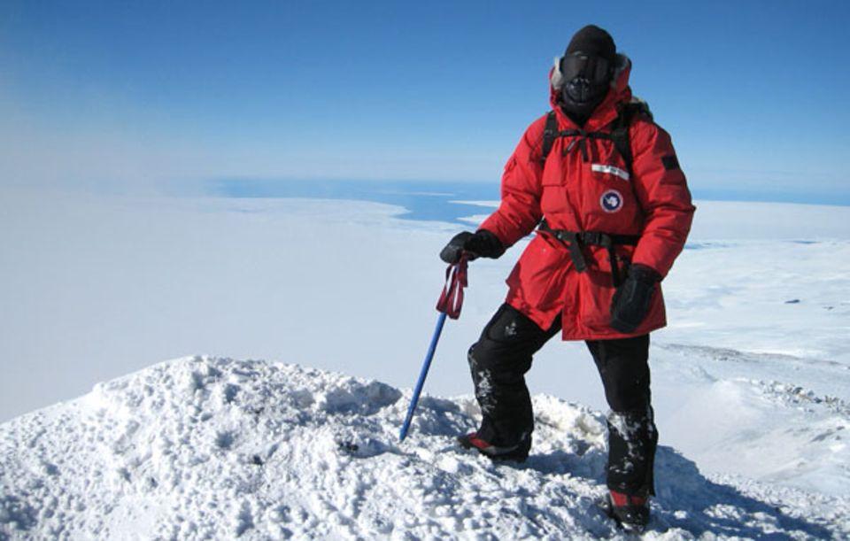 Als das Wetter besser wurde: Lars Abromeit, dick verpackt, auf dem Gipfel des Mt. Erebus