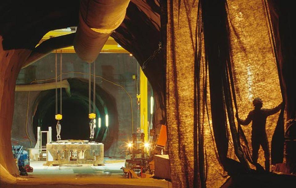 """""""Zwischenangriff"""" in Amsteg: In einem Hohlraum von der Größe einer Turnhalle montieren Mechaniker die Tunnelbohrmaschine"""