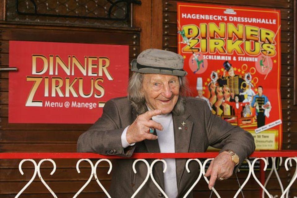 Konrad steht auch mit 96 Jahren noch im Berufsleben - und hat Spaß daran