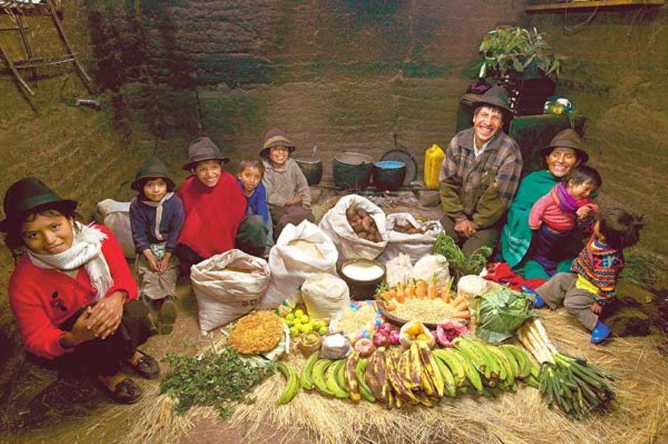 Viel Kartoffeln und Gemüse, doch weder Fleisch noch Fisch: die Wochenration von Ermelindas Familie. Alle warmen Mahlzeiten werden auf einem offenen Holzfeuer gegart. Dessen Ruß hat sich als schwarze Schicht auf die Wände der Hütte gelegt