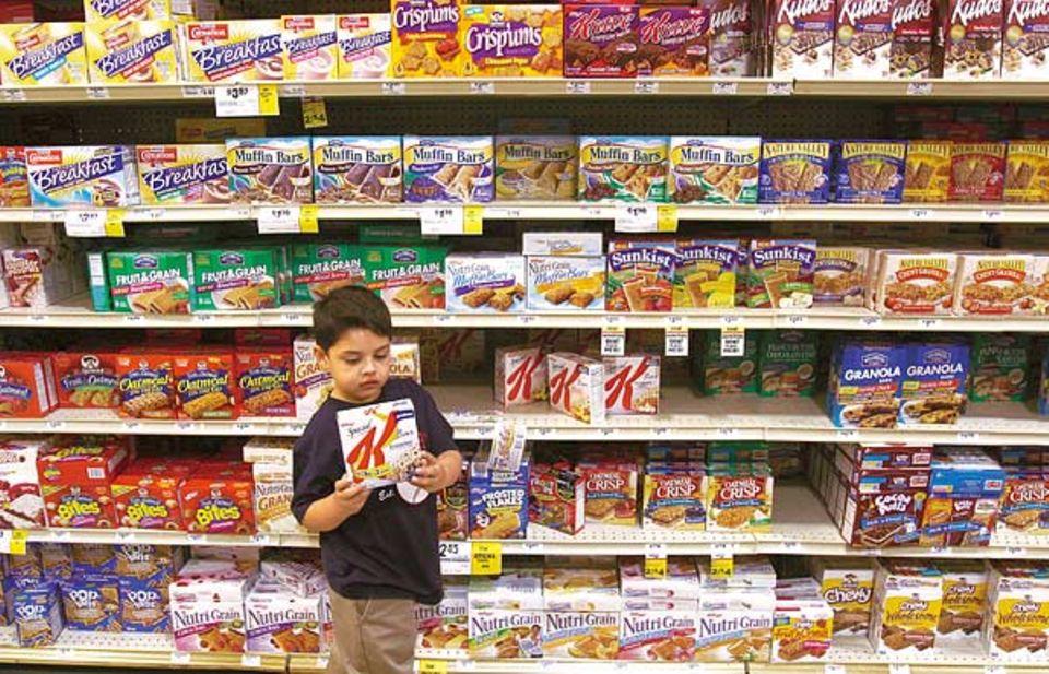 Die Qual der Wahl! Vor dem Supermarktregal kann sich Brian kaum entscheiden, so groß ist die Auswahl an Müsliriegeln