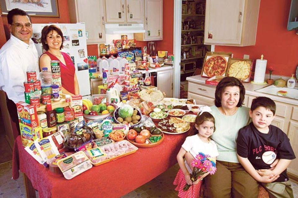 Groß und bunt: was Familie Fernandez in einer Woche verputzt. Ein Problem ist der Haufen von Verpackungsmüll