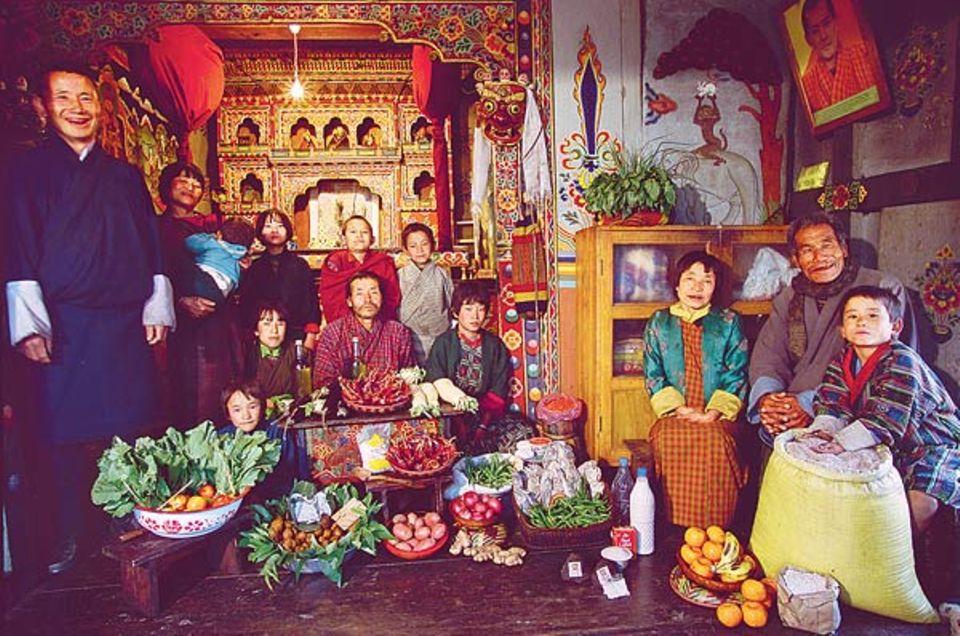 Mit ihrer Wochenration haben sich die Namgays im reich verzierten Gebetsraum ihres Hauses versammelt