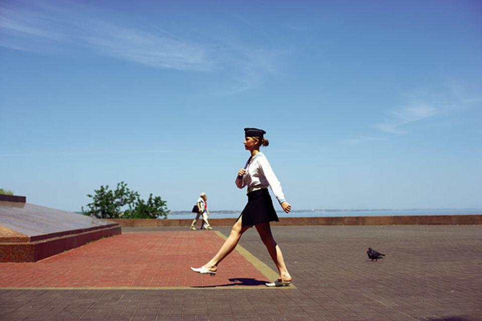 Die Mahnwache am Denkmal für den unbekannten Matrosen: Mädchen im Minirock