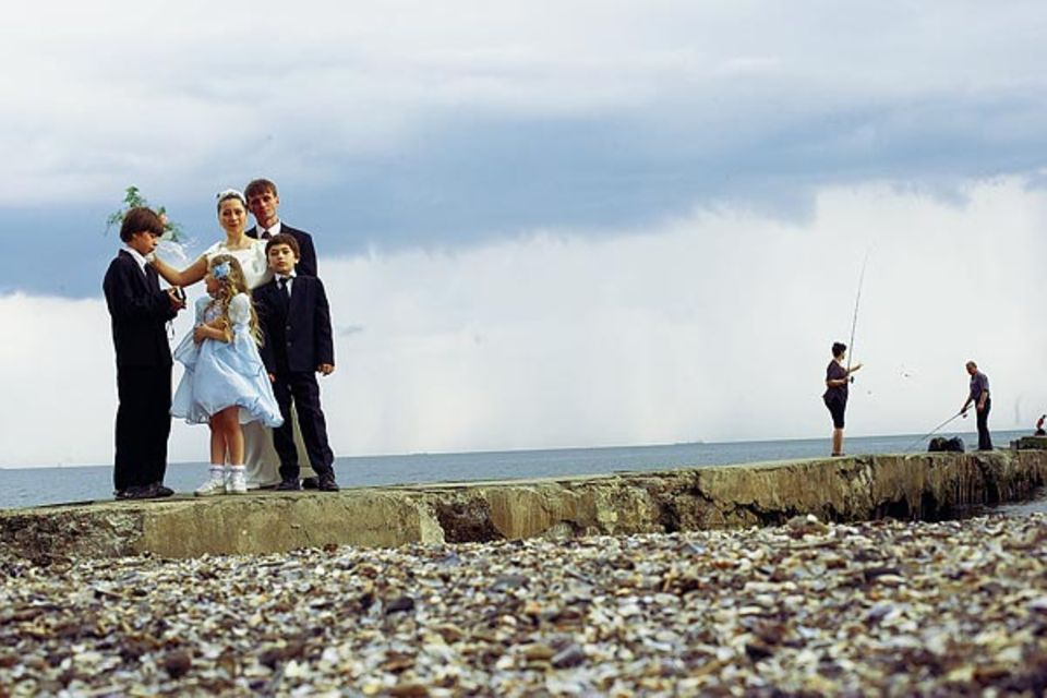 Hochzeitsgesellschaft am Schwarzmeerstrand