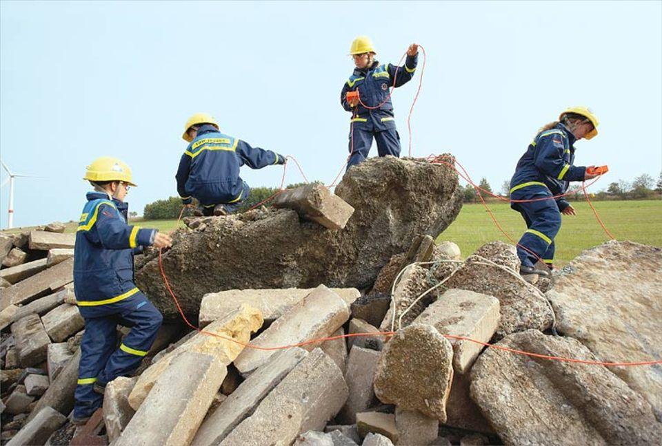 """Wenn bei einem Erdbeben Menschen verschütt gehen: Die Jugendgruppe findet sie mit den hochempfindlichen """"Geophonen"""""""