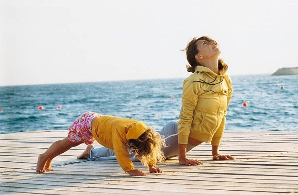 Gemeinsamer Start in den Tag: Kerstin Walker mit Tochter Skye (4) bei Yogaübungen