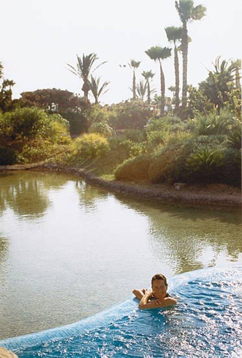 Entspannung und Erholung unter zyprischen Palmen: Das Kind ist versorgt, die Mutter genießt das Bad im Thalassobecken