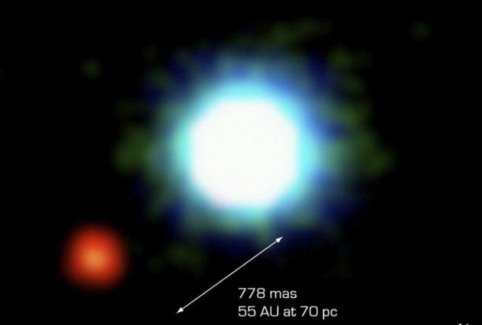 Das erste Bild einer fremden Welt, fotografiert im April 2004: Der Braune Zwerg 2M 1207 wird in etwa 8,2 Milliarden km Entfernung von einem rötlich erscheinenden Planeten umkreist