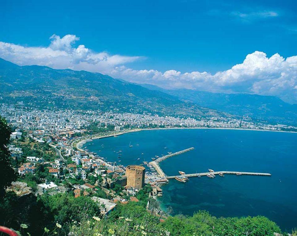 Alanya ist einer der beliebtesten Badeorte an der türkischen Riviera und liegt 135 Kilometer östlich von Antalya